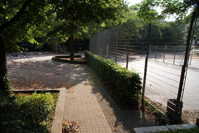 Spielplatz mit Bolzplatz und Volleyballfeld