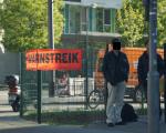 Zweisamer Protest vor dem Telekomgebäude in der Rüppurrerstrasse.