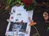 Blumen, Kerzen und ein Brief für die Verstorbenen.
