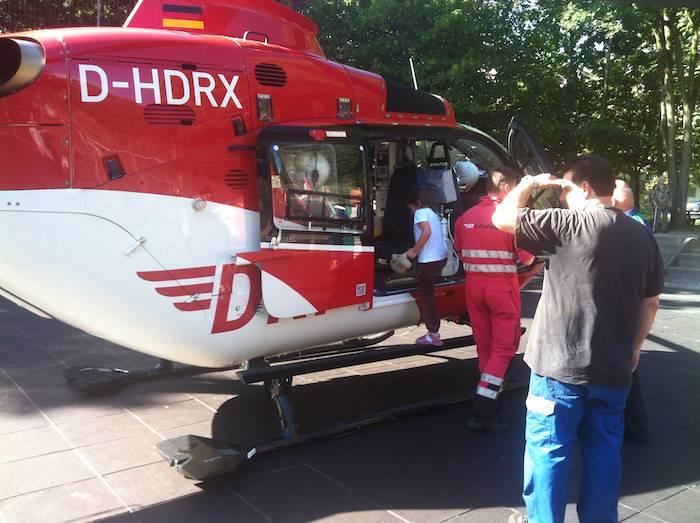 Hubschrauber landet auf Bolzplatz